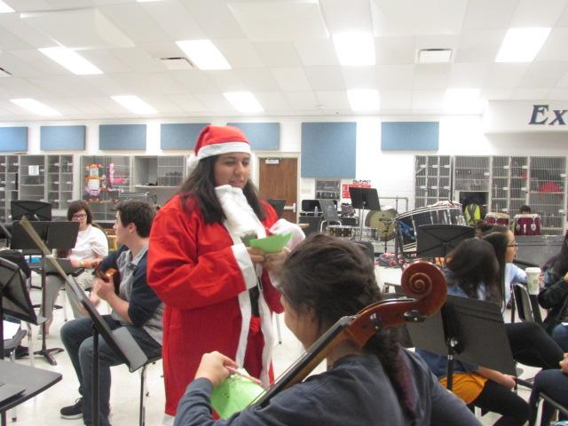 Senior+Ailyn+Guerrero++is+santa+and+delivers+a+candy+cane+gram+to+junior+Avalon+Smith.+The+funds+are+helping+to+fight+world+hunger.
