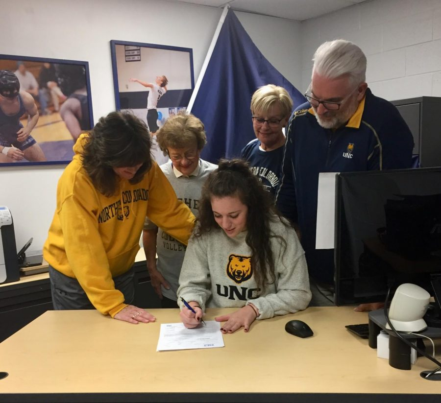 Senior+Laura+Katarzynski+signs+letter+of+intent+with+University+of+Northern+Colorado+to+play+volleyball.%0A