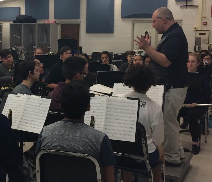 Band+director+James+Wallace+prepares+students+for+the+last+band+concert+of+the+year+on+Wednesday+in+the+auditorium.