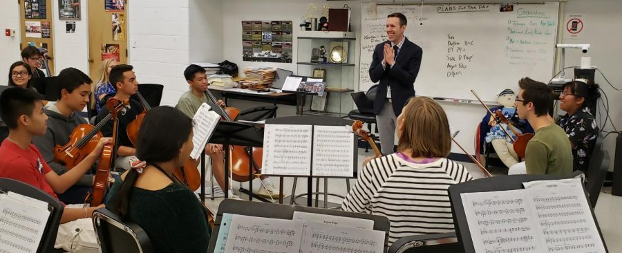Principal+Will+Dwyer+visits+the+orchestra+and+chats+with+students+while+answering+questions.+